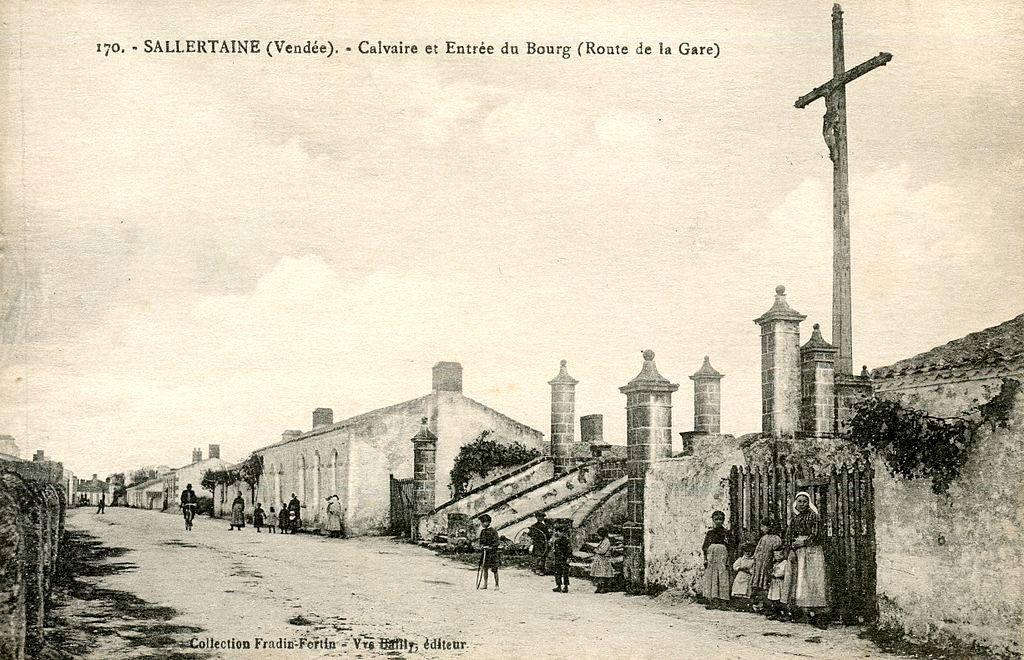 Sallertaine (Vendée) Le calvaire et entrée du bourg CPA