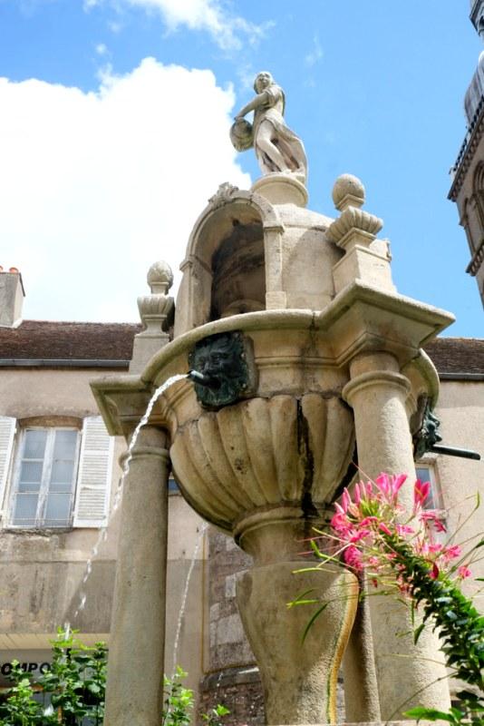 Saulieu (Côte d'Or) La fontaine Caristie