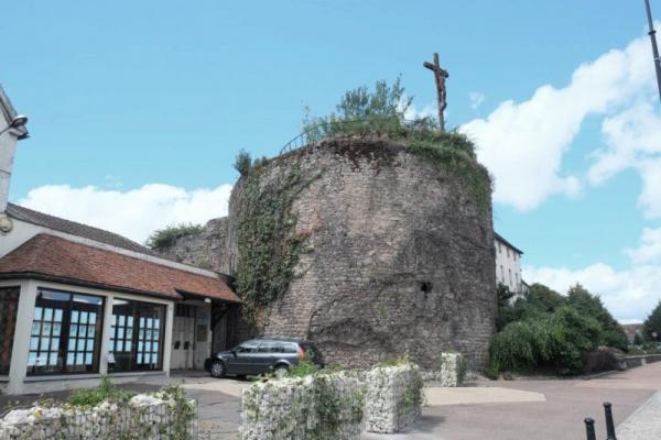 Saulieu (Côte d'Or) La tour d'Auxois