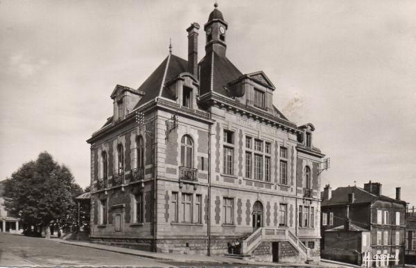 Stenay (Meuse) L'hôtel de ville CPA