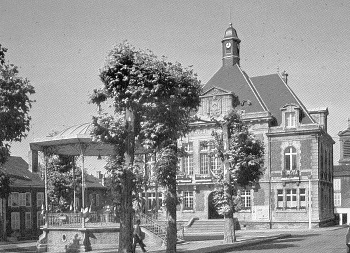 Stenay (Meuse) L'Hôtel de ville et le kiosque CPA
