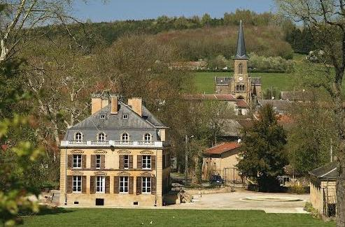 Thonne-les-Près (Meuse) Le château et l'église