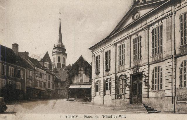 Toucy (89) La place de l'Hôtel de ville CPA