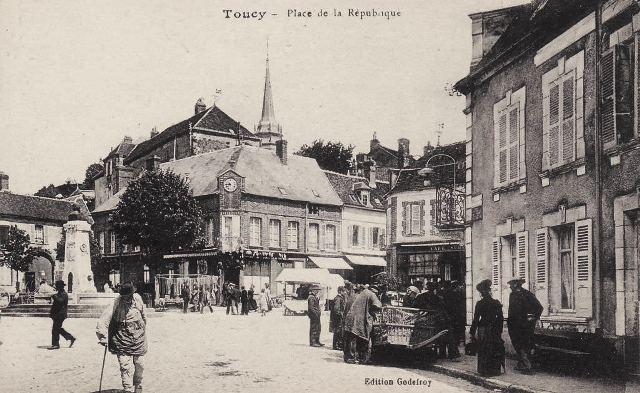 Toucy (89) La place de la République CPA