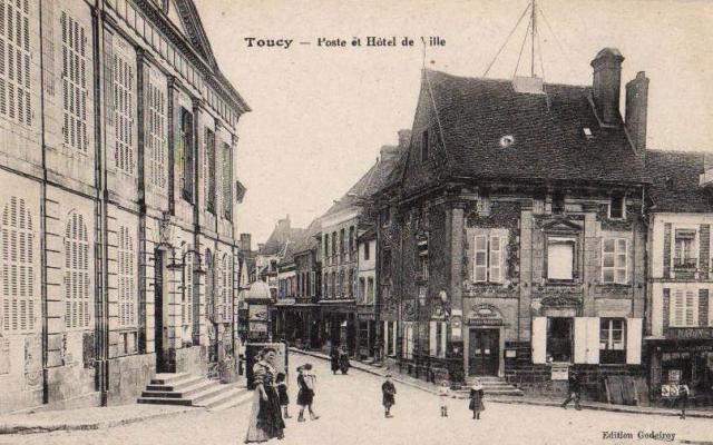 Toucy (89) La Poste et l'Hôtel de ville CPA