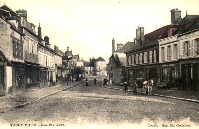 Toucy (89) La rue Paul Bert CPA