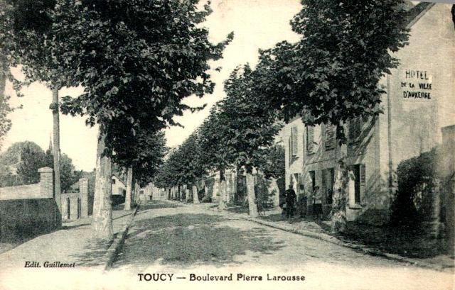 Toucy (89) Le Boulevard Pierre Larousse CPA