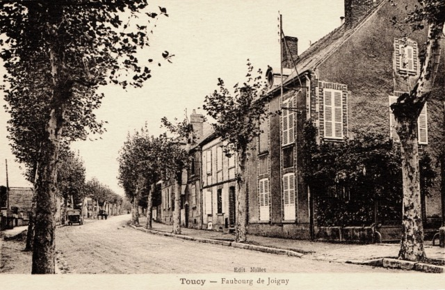 Toucy (89) Le faubourg de Joigny CPA