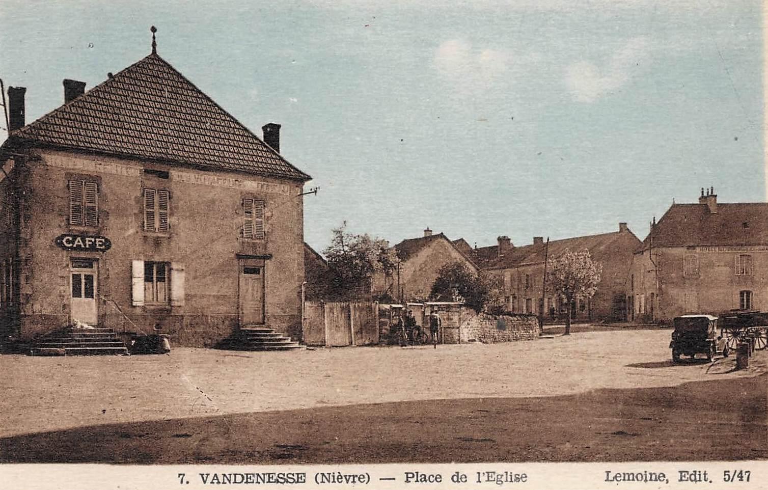 Vandenesse (Nièvre) La place de l'église, le café CPA