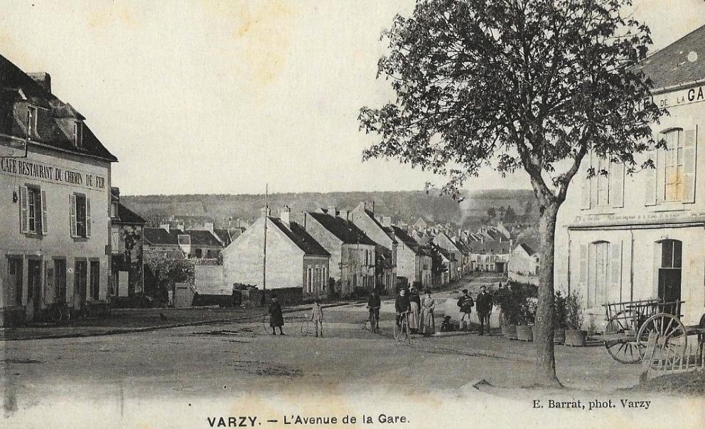 Varzy (Nièvre) L'avenue de la Gare CPA