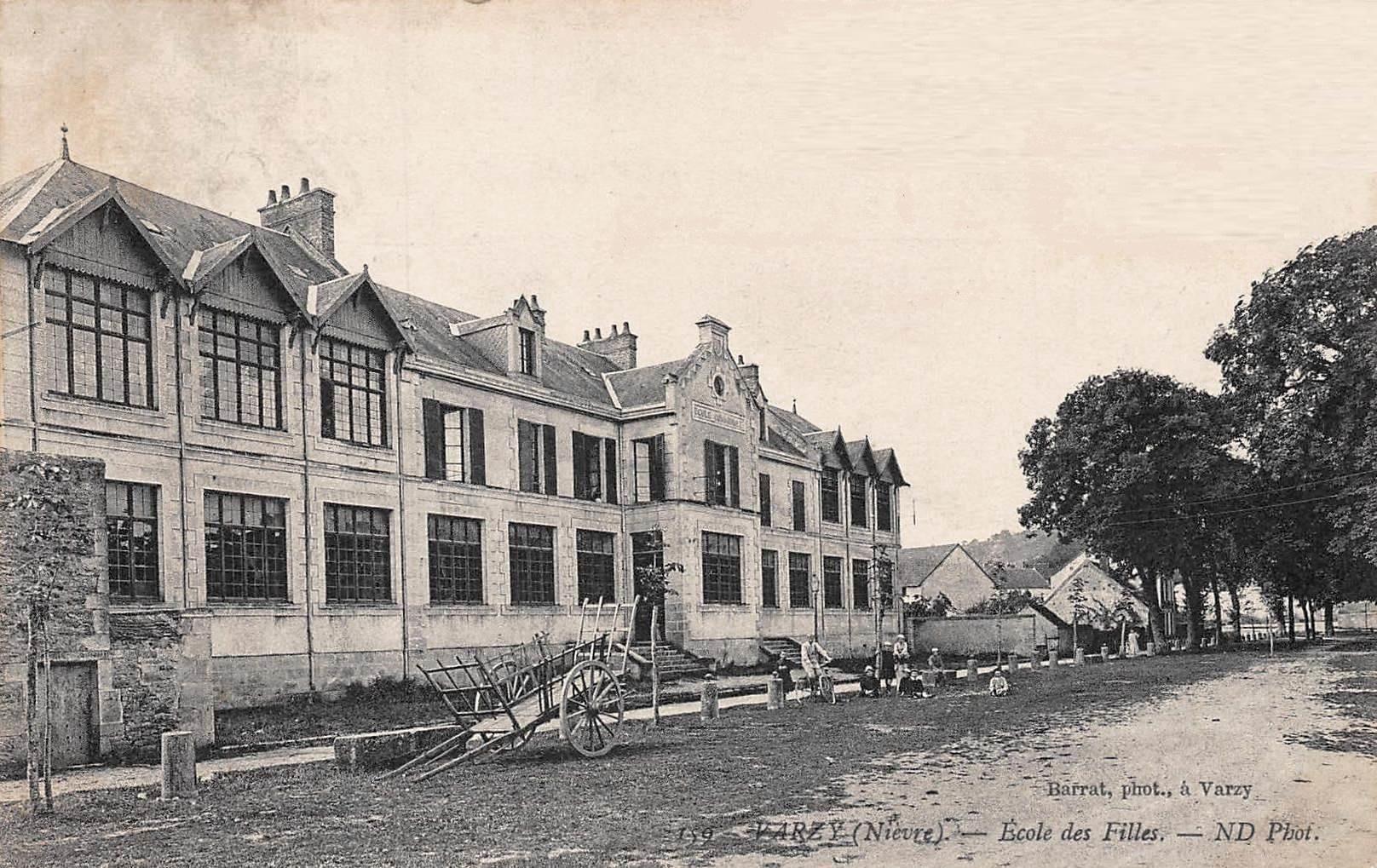 Varzy (Nièvre) L'école des filles CPA