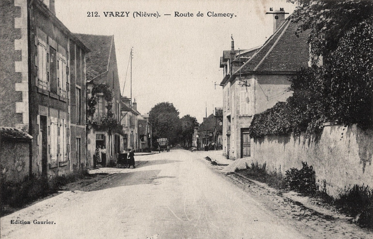 Varzy (Nièvre) La route de Clamecy CPA
