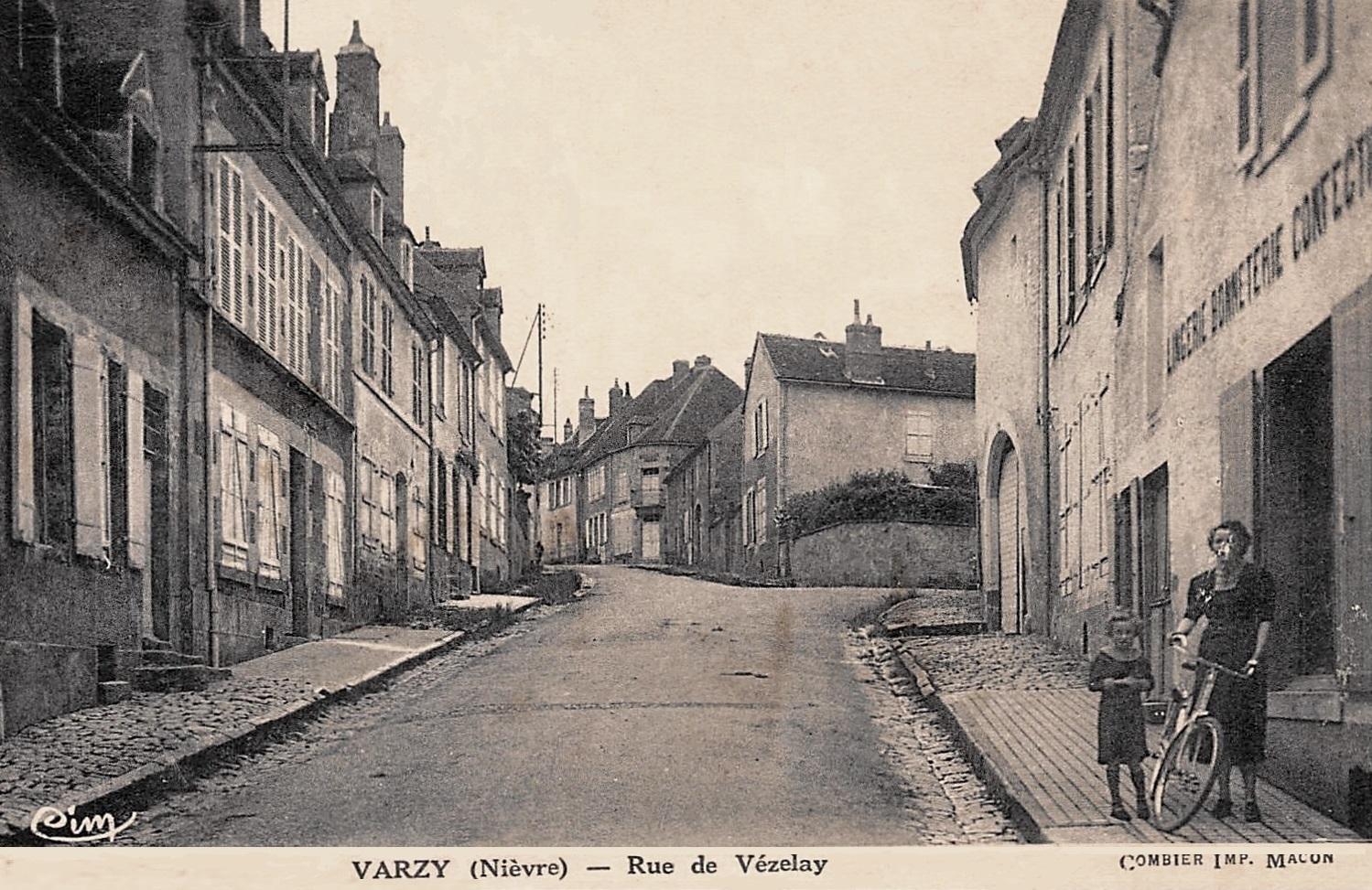 Varzy (Nièvre) La rue de Vézelay CPA