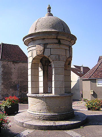 Varzy (Nièvre) Le puits public