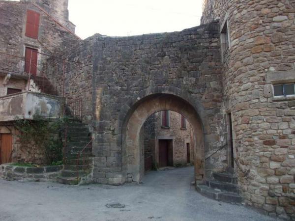 Versols-et-Lapeyre (Aveyron) Le bourg fortifié