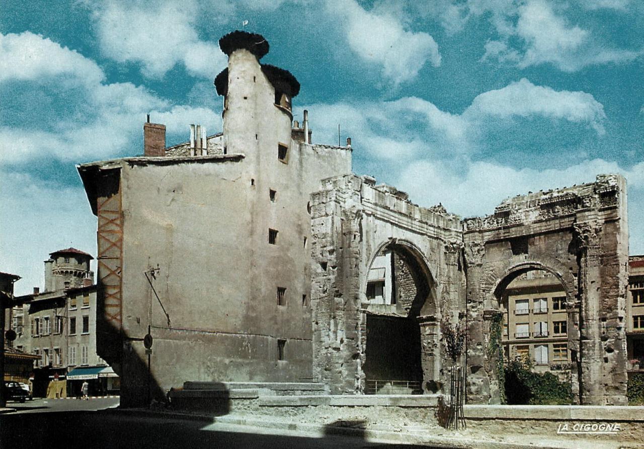 Vienne (Isère) Le portique du forum et les maisons Renaissance
