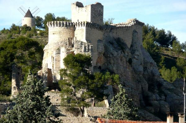 Boulbon bouches de rhone le chateau chapelle et moulin bonnet
