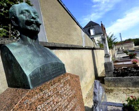 Bourges 18 le cimetiere des capucins buste de hecq