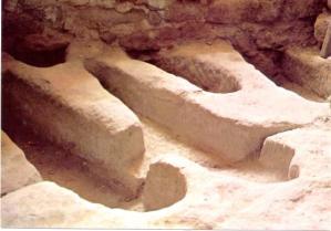 Gissac aveyron chateau de montaigut necropole tombes rupestres