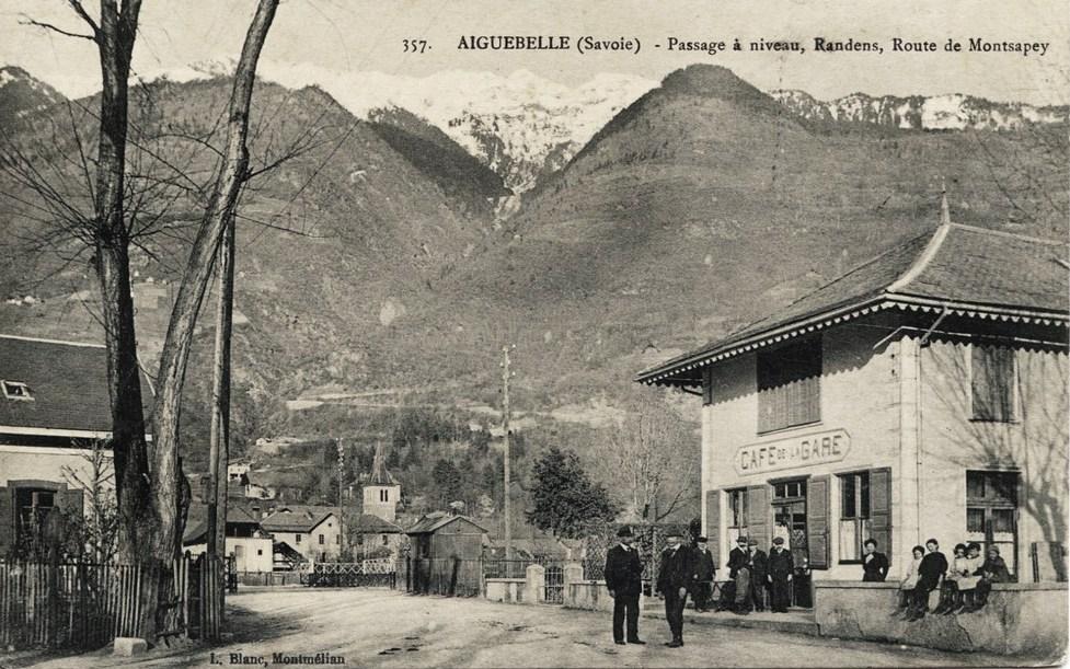 Aiguebelle (Savoie) Le passage à niveau CPA