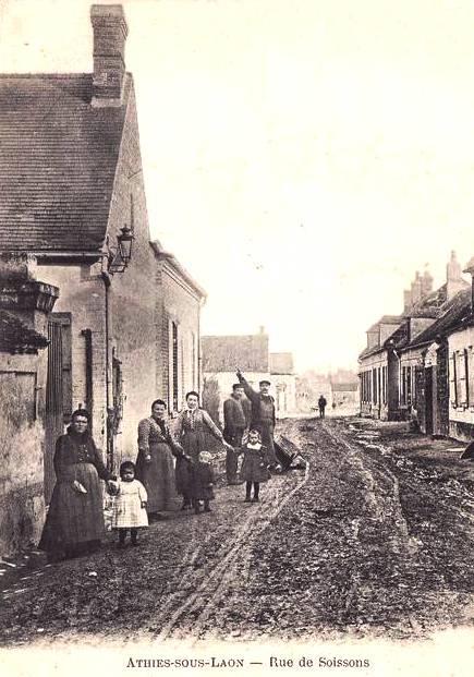 Athies-sous-Laon (Aisne) CPA rue de Soissons
