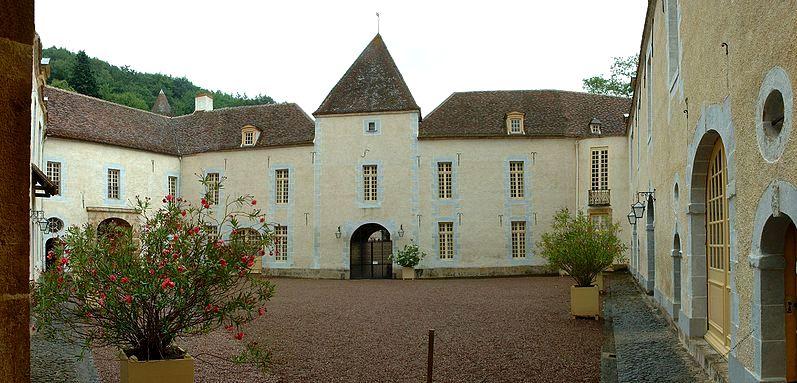 Bazoches (Nièvre) Le château, cour intérieure