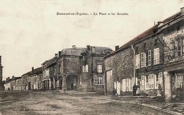 Beaumont-en-Argonne (08) Place et arcades CPA