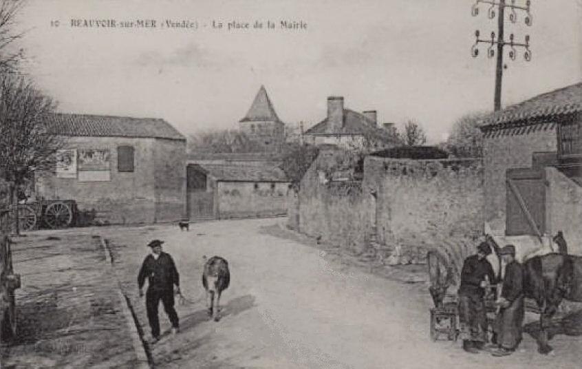 Beauvoir-sur-Mer (Vendée) Place de la Mairie CPA