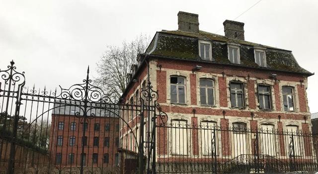 Beauvois en cambresis 59 le chateau richter et la fabrique derriere