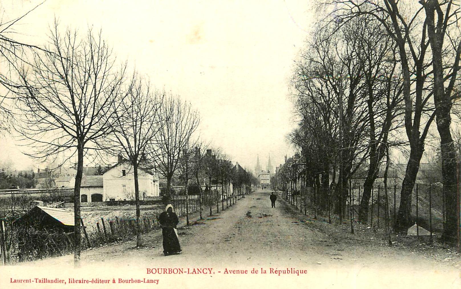 Bourbon-Lancy (Saône-et-Loire) L'avenue de la République CPA