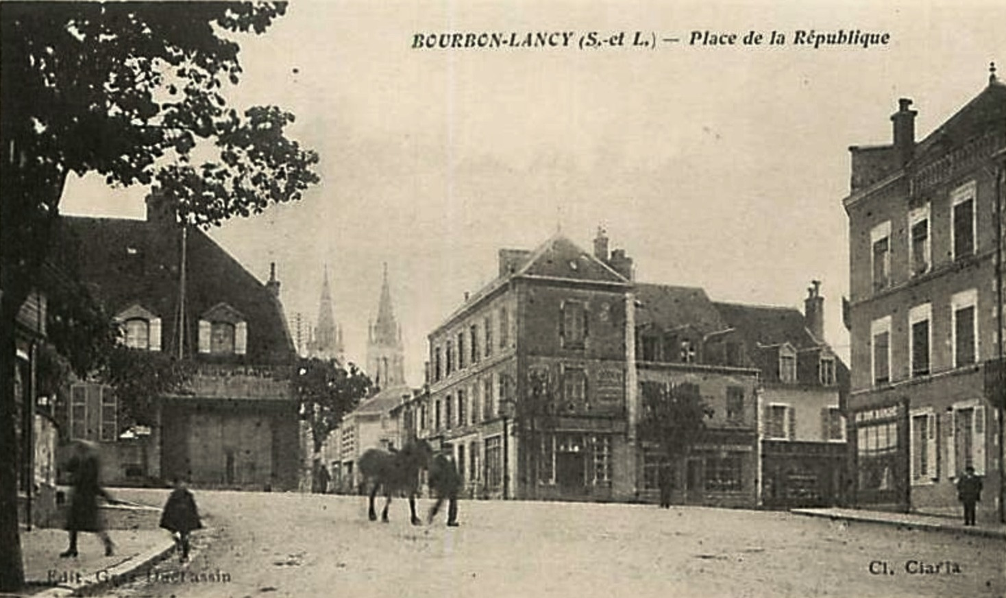 Bourbon-Lancy (Saône-et-Loire) La place de la République CPA