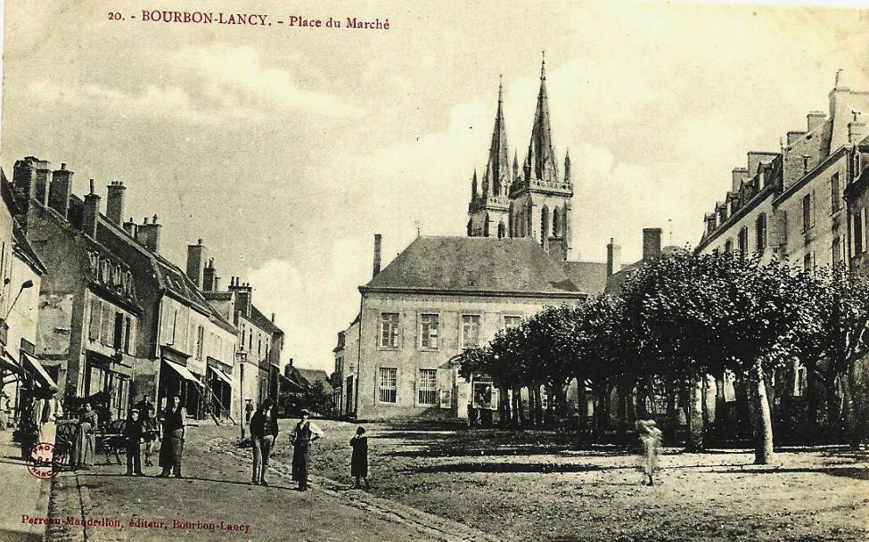 Bourbon-Lancy (Saône-et-Loire) La place du marché CPA