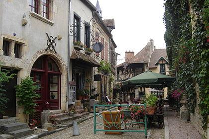 Bourbon-Lancy (Saône-et-Loire) La rue de l'Horloge