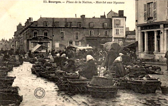 Bourges (18) Le marché place de la Nation CPA