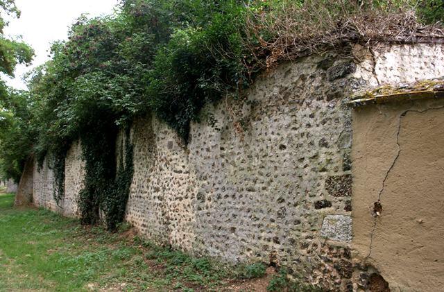 Brézolles (28) Le mur de l'ancien prieuré