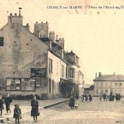 Charly-sur-Marne (Aisne) CPA Place de l'Hôtel de ville