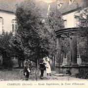 Corbigny (Nièvre) L'Ecole Supérieur, la cour et le puits CPA