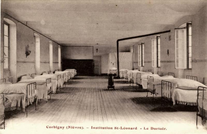 Corbigny (Nièvre) L'institution Saint Léonard, le dortoir CPA