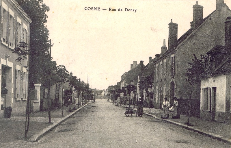 Cosne-Cours-sur-Loire (Nièvre) La rue de Donzy CPA