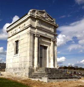 Courson-les-Carrières (89) Le monument funéraire de Dussautoy