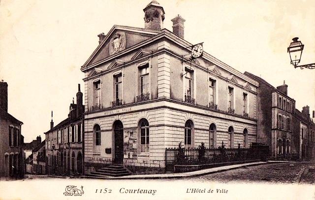 Courtenay (45) Hôtel de Ville CPA