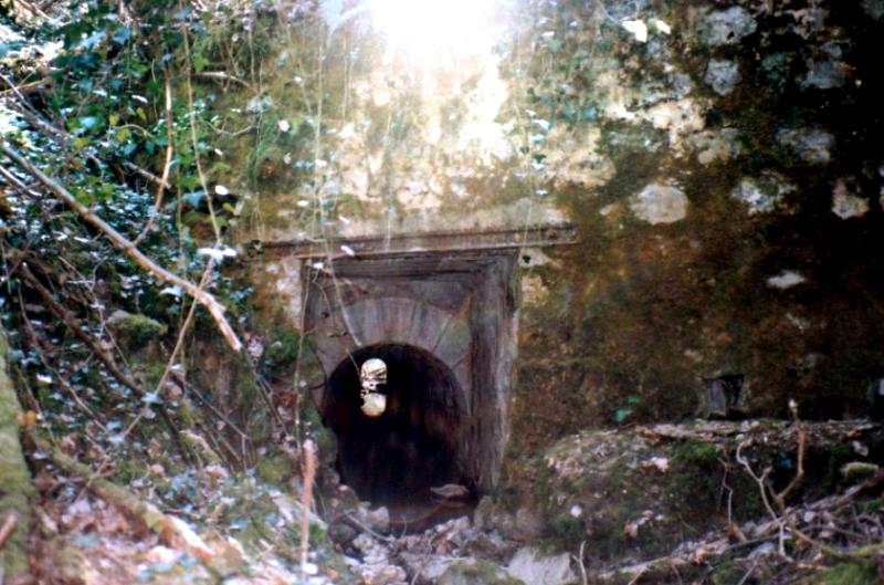 Crux-la-Ville (Nièvre) La rigole de la Vaucreuse sous la voie ferrée