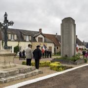 Crux-la-Ville (Nièvre) Le monument aux morts et la croix
