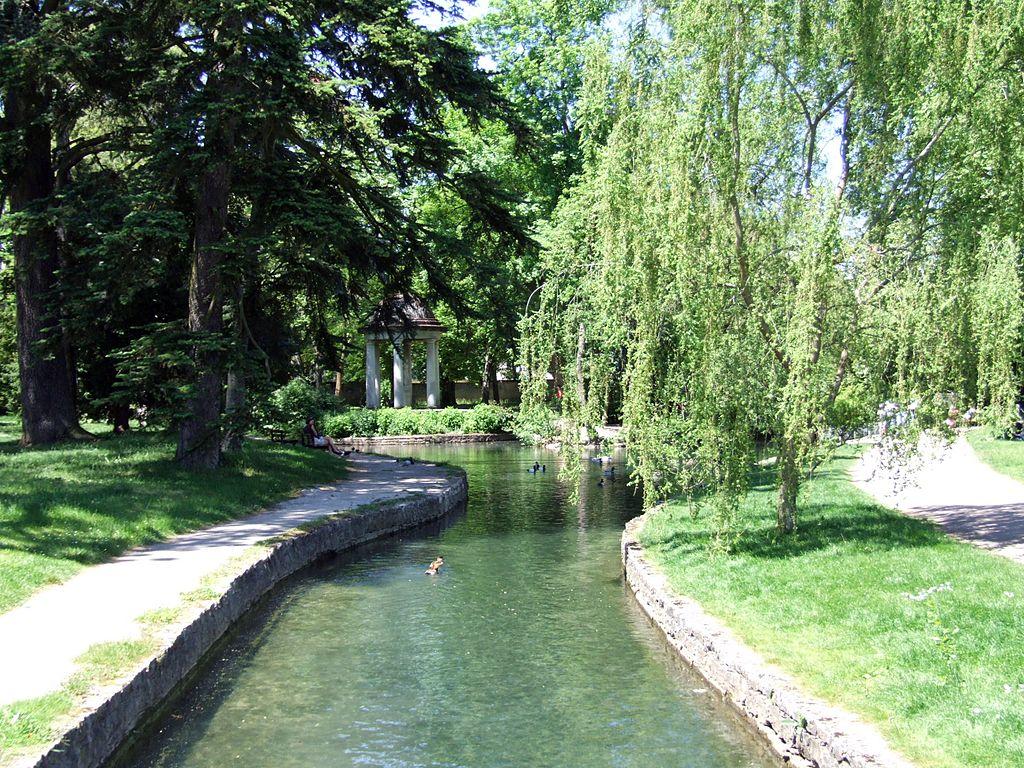 Dijon (Côte d'Or) Le ruisseau du Raines dans le jardin de l'Arquebuse