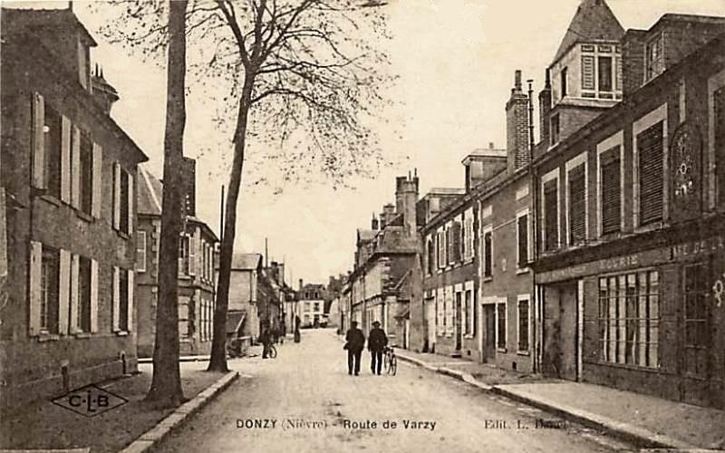 Donzy (Nièvre) La route de Varzy CPA
