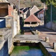 Dornecy (Nièvre) Le lavoir de la Porte de Bourgogne, le ru