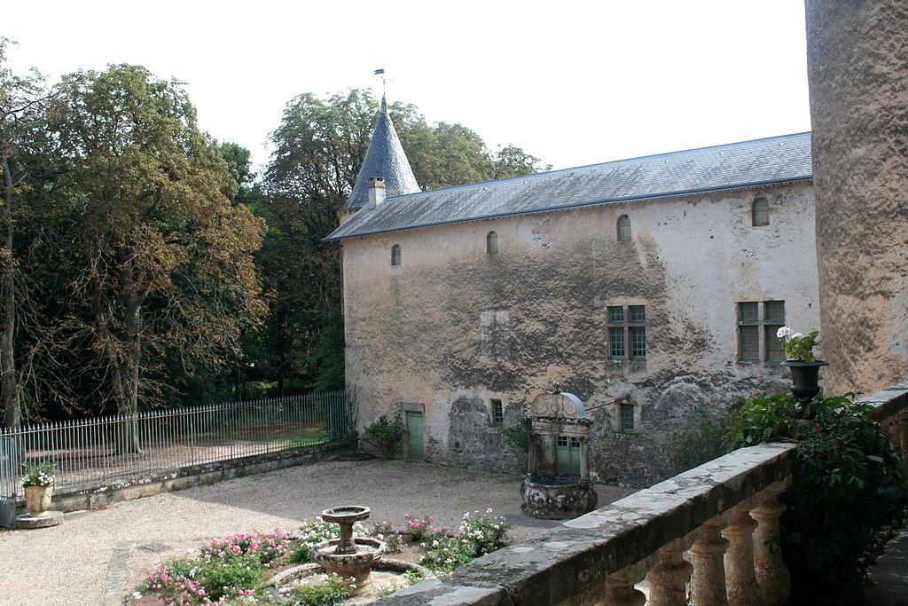 Fayet (Aveyron) Château de Fayet, la cour et le puits