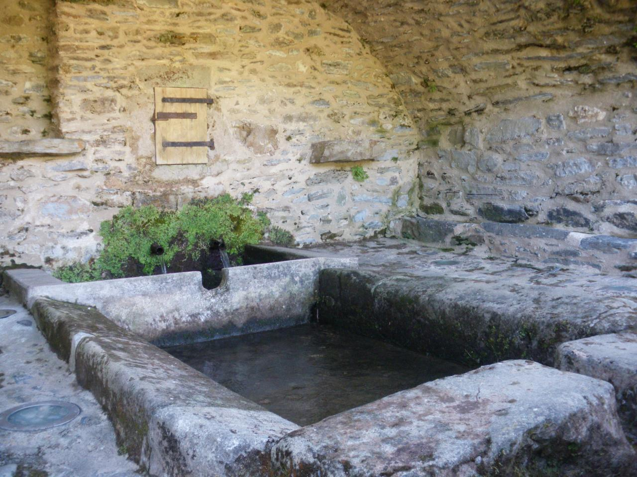 Fayet (Aveyron) Laroque, lavoir