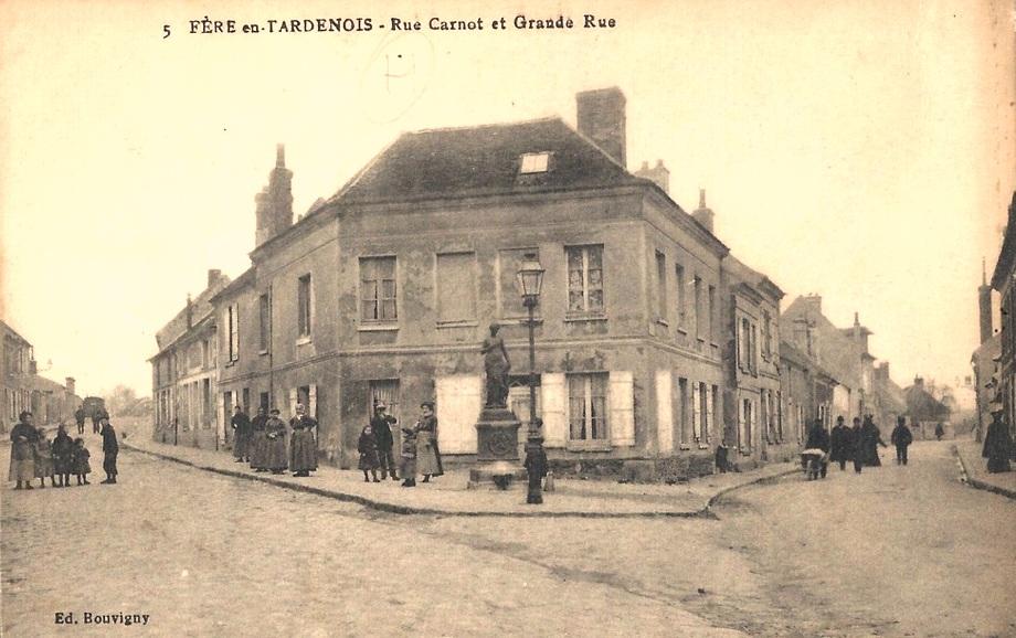 Fère-en-Tardenois (Aisne) CPA la place de la Déesse