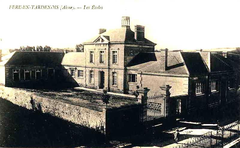 Fère-en-Tardenois (Aisne) CPA les écoles
